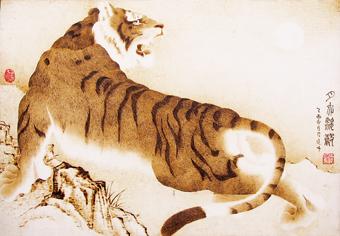 她所创作的仕女人物,动物,花鸟作品令人观止,在中国民间烙画领域里有